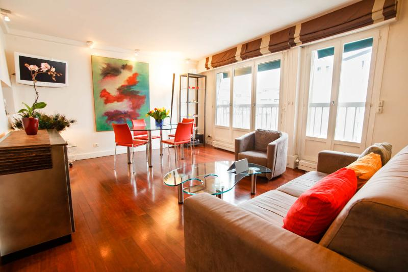 Bright, spacious and quiet, even if in Central Paris!