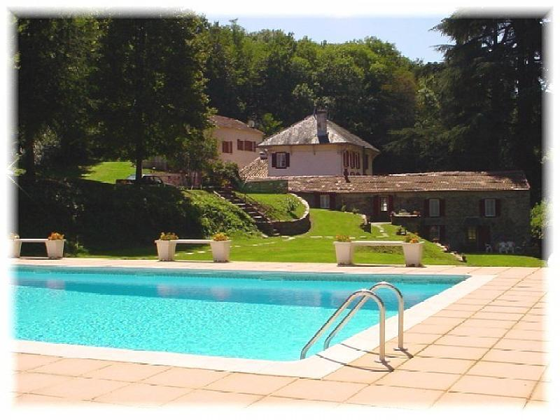 Petit Clement is situated in a private estate. You have access to a shared pool which is set away from the houses and it is equipped with garden furniture, BBQ and a private terrace.
