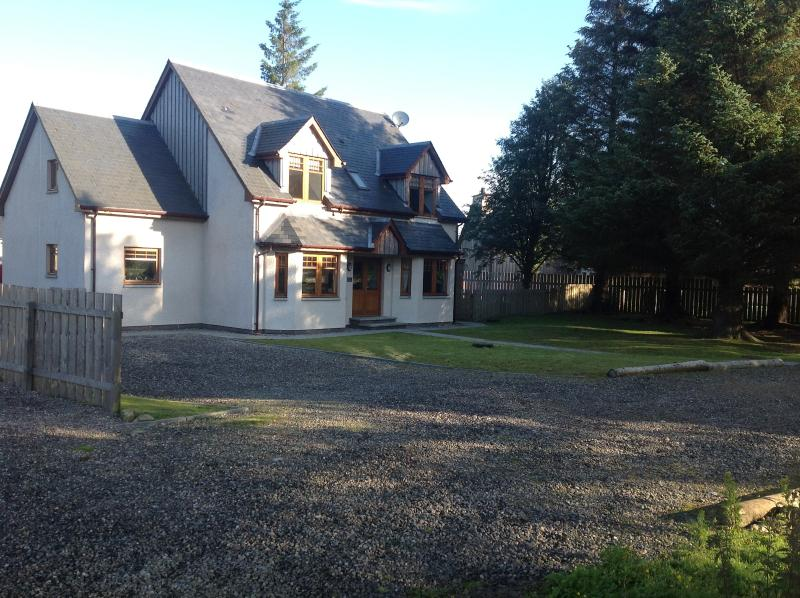 Front of house with parking and drive
