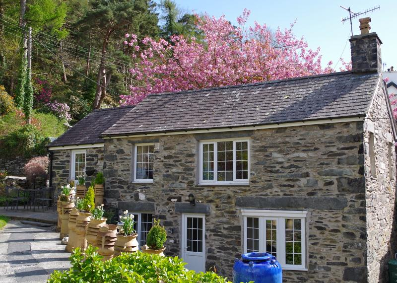 Home from home with all creature comfort. Stunning setting. Sleeps 4-5 or romantic get away for 2,