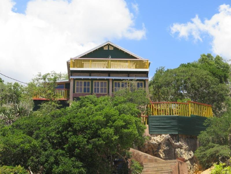 BARUKAMBA: front view - cozy wooden house (150 m2), with a large terrace facing the ocean
