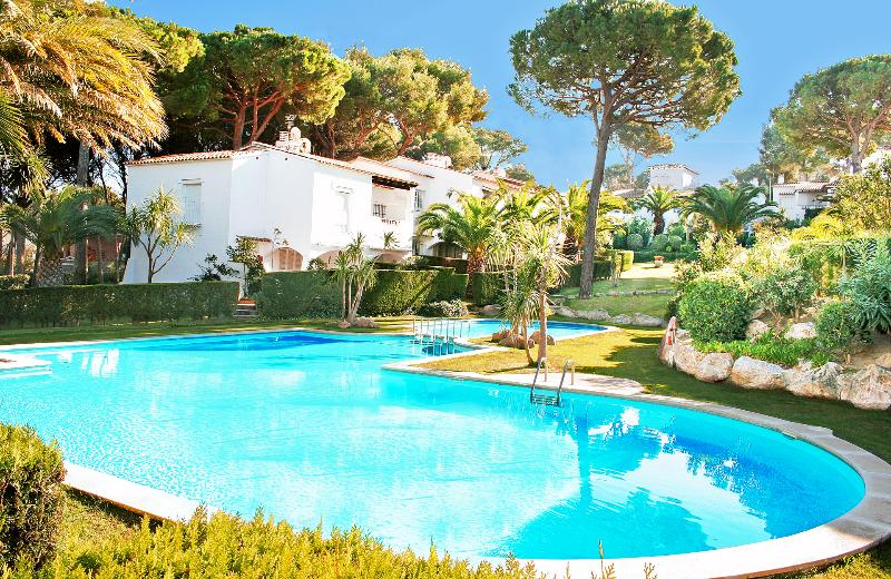 Villa is up the garden behind Palm trees.     Pool is under-used as close to beach.