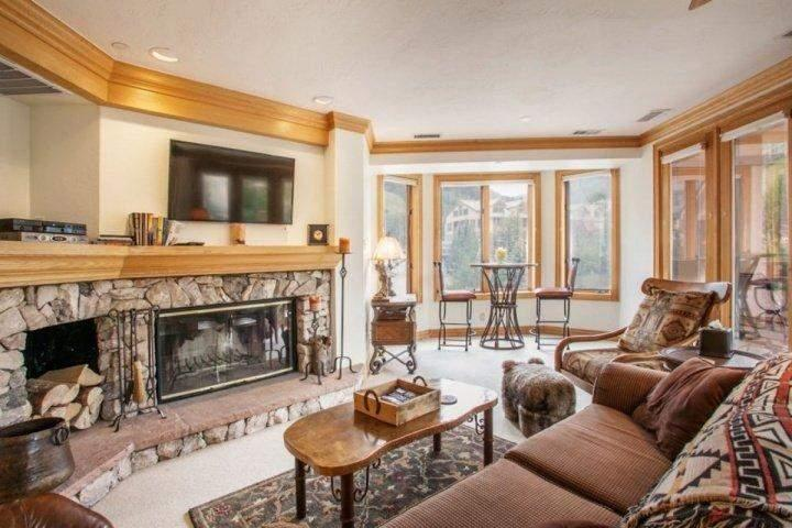 Gather with friends & family in the modern mountain Great Room looking out on Strawberry Park. Enjoy the fire, flat screen TV/DVD, seating nook for 2.