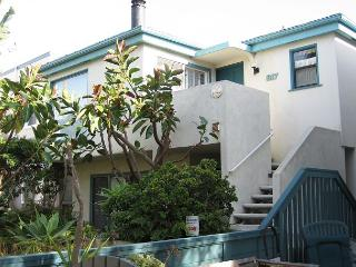Nice courtside condo- cable, BBQ, private deck, garden, spiral stairs
