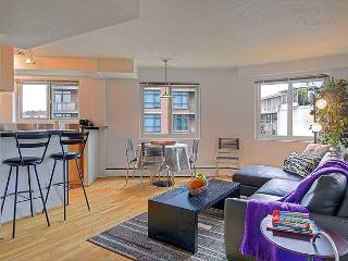 Eclectic downtown flat with fun décor and lively restaurants at it's door!, Seattle