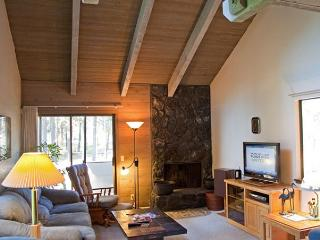 Relaxing Sunriver Condo Pet-Friendly and Gas Fireplace Near the Village
