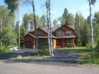 Lazy Bear Lodge Spacious Home in Private Setting of Aspen Ridge, McCall