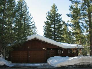 Charming family home - mountain decor, hot tub, pool table, South Lake Tahoe