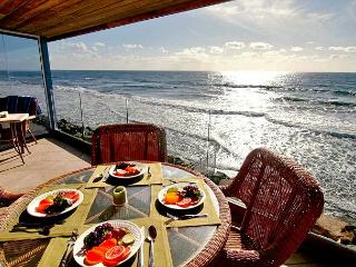 Private Beachfront home with 7br, 5ba, sleeps 20! Spa, private beach backyard, Oceanside