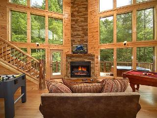 2 Bedroom Cabin with Unique Flooplan Featuring an 18 Foot Tower Rain Shower!, Gatlinburg