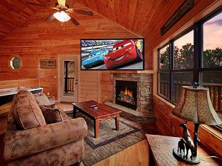 4 Bedroom Cabin with Pool Table, Hot Tub and 9 Foot Theater Screen, Gatlinburg