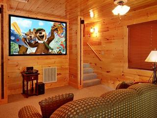 3 Bedroom with your own private Home Theater room with 8 foot theater screen, Gatlinburg