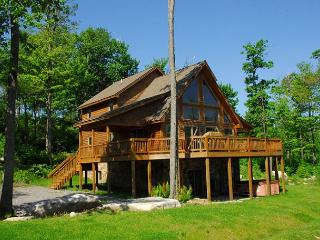 Marvelous 5 Bedroom Log Chalet w/ Hot Tub in private community!, McHenry