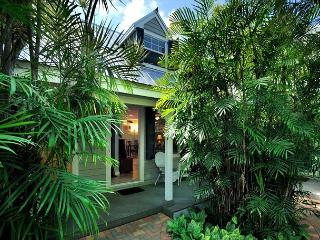 'BERMUDA SUITE' - 2-Story Home w/ Shared Pool 1/2 Block To Duval St! Sleeps 4, Key West