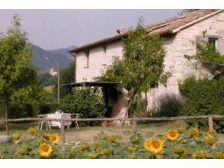 A handsome 18thC stone cottage for four, Cagli