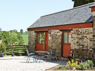 BARN COTTAGE, country holiday cottage, with a garden in Dobwalls, Ref 1735, Liskeard