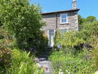 2 BEACON HIGH, family friendly, character holiday cottage, with a garden in Lindale, Ref 1537, Grange-over-Sands