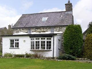 BOTHY COTTAGE, pet friendly, character holiday cottage, with a garden in Talhenbont Hall Country Estate, Ref 379, Chwilog