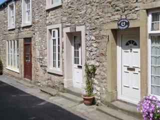 BRIDLE COTTAGE, pet friendly, character holiday cottage in Settle, Ref 2781