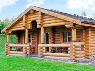 CEDAR LOG CABIN, BRYNALLT COUNTRY PARK, pet friendly, country holiday cottage, with a garden in Welsh Frankton, Ref 3623, Oswestry