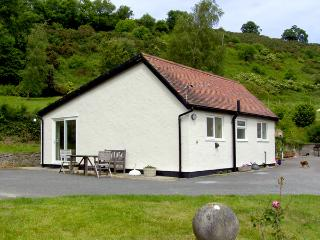 GWERN TYNO, family friendly, country holiday cottage, with a garden in Colwyn Bay, Ref 414 - Colwyn Bay vacation rentals