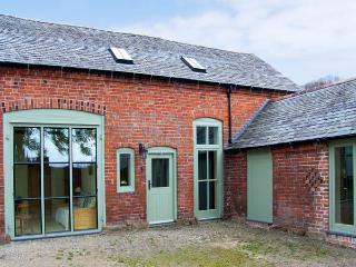 OLD COACH HOUSE, pet friendly, character holiday cottage, with a garden in Shrawardine, Ref 2984, Shrewsbury