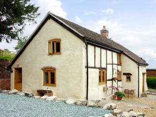 HOLLY COTTAGE, pet friendly, character holiday cottage, with a garden in Lower Wood, Ref 2041, Newmarket