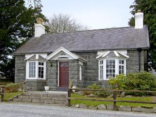 HUNTING LODGE, pet friendly, character holiday cottage, with a garden in Talhenbont Hall Country Estate, Ref 381, Chwilog