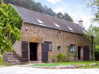 SPOUT COTTAGE, pet friendly, character holiday cottage, with pool in Gratton, Ref 2126, Matlock