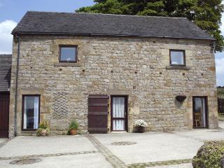 SHAY SIDE BARN, family friendly, character holiday cottage, with a garden in Warslow Near Hartington, Ref 621
