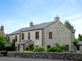 STONE END COTTAGE, pet-friendly, country holiday cottage, with a garden in Austwick, Ref 1804