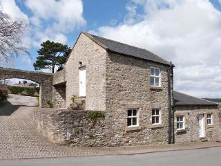 THE TACK ROOM, romantic, character holiday cottage, with a garden in Middleham, Ref 861