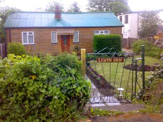 LLWYN ONN, pet friendly, country holiday cottage, with a garden in Nercwys, Ref 1960 - Flintshire vacation rentals