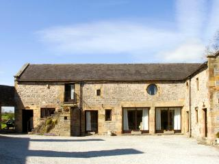 WEST CAWLOW BARN, family friendly, character holiday cottage, with a garden in Hulme End Near Hartington, Ref 632