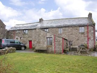 WRAY GREEN, pet friendly, character holiday cottage, with a garden in Ravenstonedale, Ref 2888