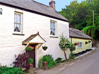 THE RETREAT, pet friendly, character holiday cottage, with a garden in St Keyne Near Looe, Ref 1678, Liskeard