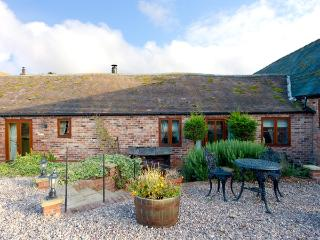 THE OLD DAIRY, pet friendly, character holiday cottage, with open fire, en-suite in Church Stretton, Ref 1034