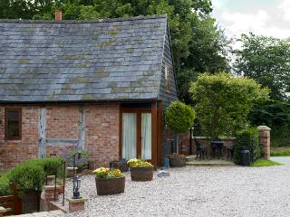 THE GRANARY, pet friendly, character holiday cottage, with open fire in Church Stretton, Ref 1146