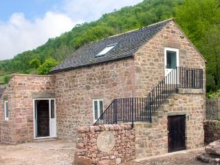 THE BARN, romantic, character holiday cottage, with a garden in Cromford, Ref 2079