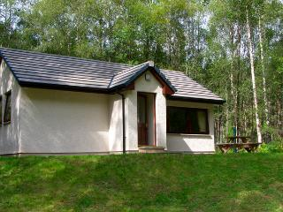 DUNDREGGAN, pet friendly, country holiday cottage, with a garden in Invermoriston, Ref 2515