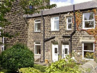 SALLY'S COTTAGE, character holiday cottage, with a garden in Embsay, Ref 2020, Skipton