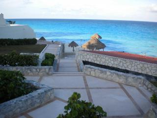 A SHORT WALK TO YOUR GORGEOUS TURQUOISE WATERS & WHITE BEACHES!  SO CLOSE! SO CONVENIENT!  HEAVENLY!