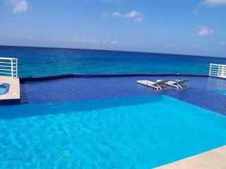 3 BR Oceanfront Condo & Pool, Snorkeling, Sunsets, Oceanview Tub, Cozumel