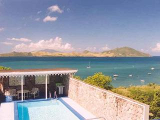 Overlook the channel between St. Kitts and Nevis from this villa. 5-7 min walk to beach. KL LAB, San Cristóbal y Nieves