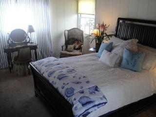 calif cott bedroom 004.JPG