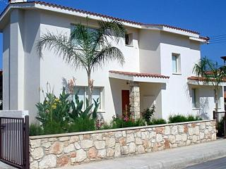 Modern 3 bedroom villa - free wifi - 300m from the, Paphos