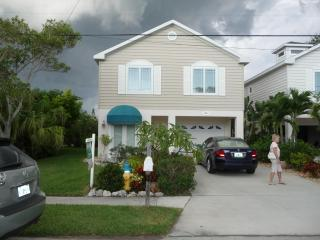 Beautiful Home 1 Block to the Gulf on Spring Lake., Holmes Beach