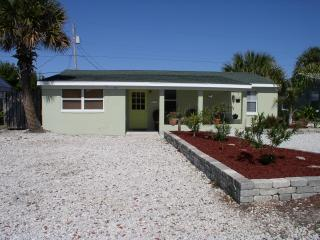 * Just 200 ft From the Beach, Pet Friendly Home!!, Ormond Beach