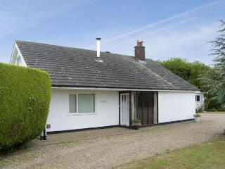 KINGSWAY, pet friendly, country holiday cottage, with a garden in Ubbeston Green, Ref 4027, Halesworth