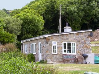 HEN FELIN ISAF, pet friendly, with open fire in Red Wharf Bay, Ref 3938, Llanddona